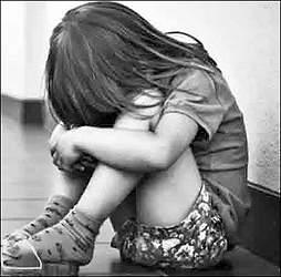 સુરતના વરાછામાં 7વર્ષીય  પુત્રીને મોબાઈલમાં બીભત્સ ફોટા બતાવી નરાધમ પિતાએ દુષ્કર્મ આચરતા અરેરાટી મચી જવા પામી