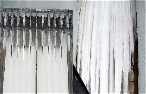 નર્મદા ડેમના દરવાજા ૧૦ મીટર સુધી પાણી ભરાઇ જતા ૧૦ ગેટ ખોલાયાઃ ૧ લાખ કયુસેક પાણી નદીમાં છોડવામાં આવી રહ્યું છેઃ નર્મદા જિલ્લાના ૩ તાલુકાના ર૧ ગામો અને ભરૂચ-વડોદરા જિલ્લાના કાંઠા વિસ્તારના ગામોને સાવધ કરાયા