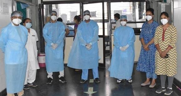 સુરતમાં સ્મીમેર હોસ્પિટલના બે કોરોના વોરીયર્સ દંપતી: સજોડે  દર્દીઓની સારવાર સાથે પરિવારની જવાબદારીને પણ પ્રાધાન્ય