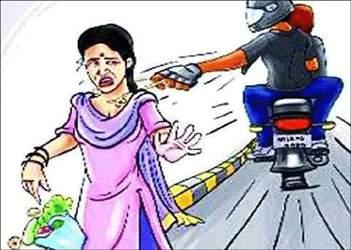 અમદાવાદ ગોમતીપુર પોલીસ સ્ટેશનના મહિલા લોકરક્ષક કર્મચારીને પછાડી દઇને 2 શખ્સો સોનાનો ચેઇન લઇને નાસી છૂટયા