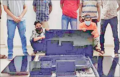 ગાંધીનગરમાં એલસીબીની ટીમે પેટ્રોલિંગ દરમ્યાન બે રીઢા ઘરફોડિયા ચોરોને ઝડપી ચોરીના ભેદ ઉકેલ્યા