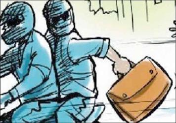 વડોદરાના માંજલપુર વિસ્તારમાં કર્મચારીને કારનું પંચર કરાવવું ભારે પડ્યું:ગઠિયો કારમાંથી 1.72 લાખ ભરેલ બેગ લઇ ફરાર:સીસીટીવીના આધારે તપાસ હાથ ધરવામાં આવી
